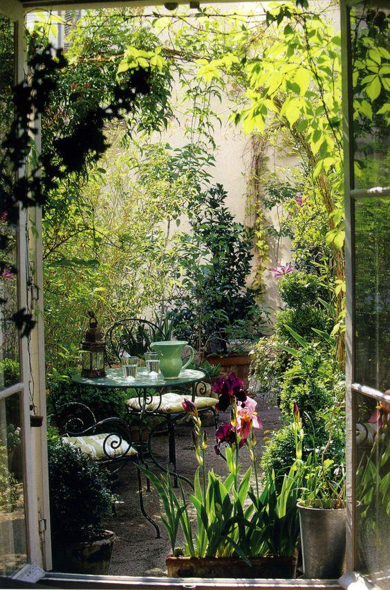 Une terrasse camouflée par la végétation
