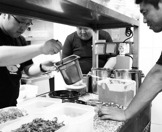 En #Ramenkagura se cuece algo.. Directo de Japón ha llegado nuestro maestro de ramen y junto a los dueños Keigo y Kawata preparan nuevos sabores y novedades..