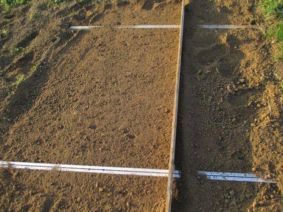 On peut également utiliser des lattes, pour bien aplanir son terrain et avoir une belle pelouse, ou un potager bien plat