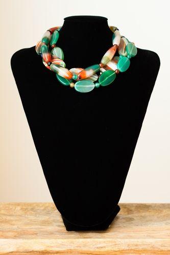 Collar de tres vueltas realizado con ágatas variadas (en color verde, marrón...) con cierre de plata.