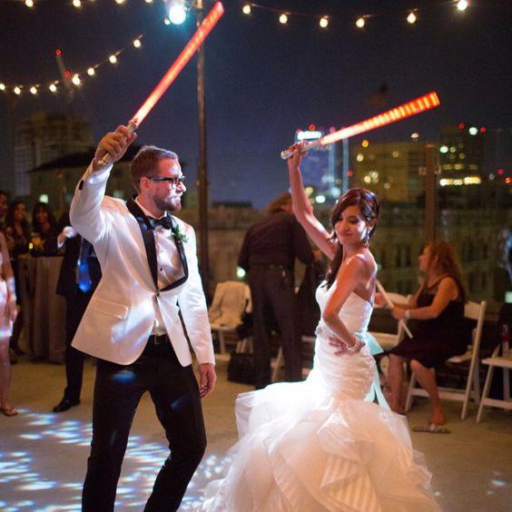 Já que ainda é #carnaval, casamento temático inspirado em #StarWars! {foto Caca Santoro} #meucasamentoperfeito
