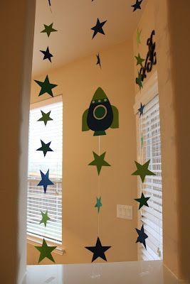 estrellas y naves espaciales en la pared de la mesa de dulces.