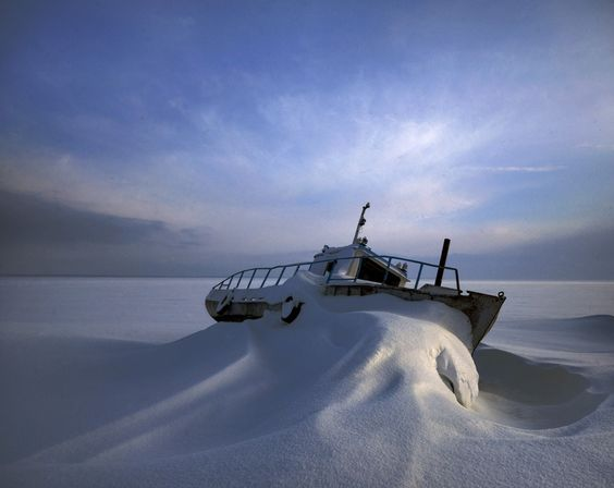 Ещё один буксир на заснеженном озере