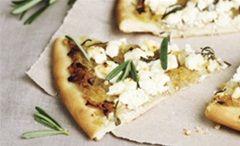 Postoji li popularnije jelo na svijetu od pizze? Teško! Iako je često karakteriziraju kao najstariji fast food i izrazito kaloričan obrok, i pizza ima svoje nutritivne prednosti i zdravije inačice poput ove sa ukusnim Salakis sirom i aromatičnim začinskim biljem.