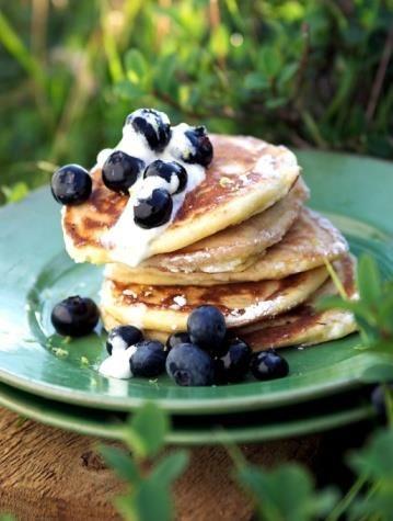 Boekweitpannenkoekjes met yoghurt en fruit. Ingrediënten (voor 2-3 pannenkoeken): 100 ml rijst- of haver- of amandelmelk, 80 gram boekweitmeel, 1 ei, flinke snuf kaneel, klein beetje zout en evt. wat zoetstof (kokosbloesemsuiker, stevia).