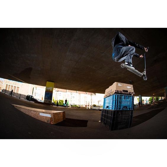 @samlovxll hopping over a few crates at the M32 trash park in Bristol  #myproscooter #stuntscooter #proscooter #scoot #stuntscooters #proscooters #mgp #rwilly #gramtheshots #proscootershop #freestylescooter #stuntscoot #scootscootbangbang #fuckdc @RILLAScooters https://www.rilla.com/