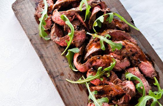 Recept på kött á la diavolo. Servera gärna köttet direkt på en skärbräda – rustikt och härligt! Såsen är het och mustig.:
