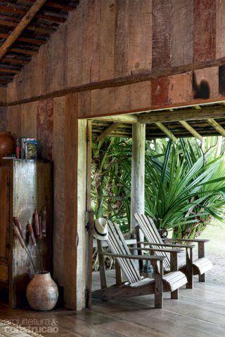 Vieram de uma demolição em Tiradentes, MG, as tábuas sortidas que compõem as paredes – ainda com as marcas de tinta. Projeto da arquiteta Camila Toledo.