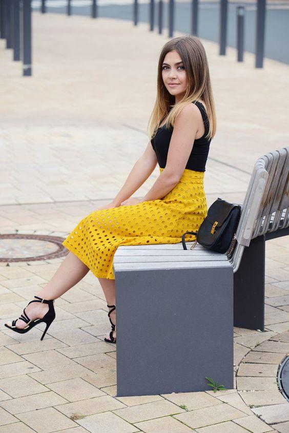 WWW.INNERCLASSY.DE - German Fashion & Interior Blogger - yellow midi skirt h&m - midi rock - criss cross top black - street style - gladiator high heels