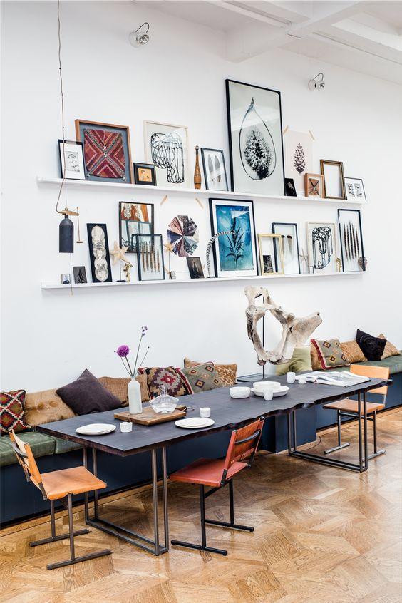 Ein Sofa für allesDiese Einrichtungsidee ist unkonventionell, mutet ein wenig wie ein hippes Café an und ist mit ein wenig Schreinerarbeit umsetzbar.