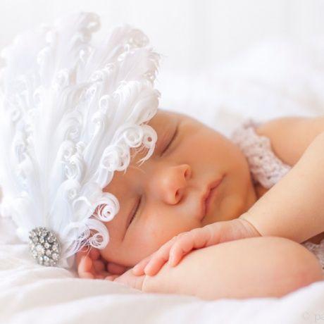 Cinta para el pelo del recién nacido plumas blancas. Para sacar fotos monas a bebes