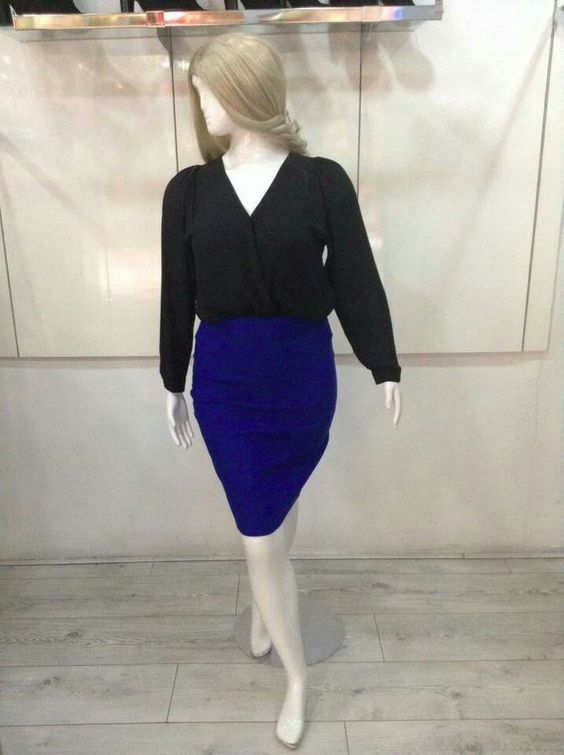 Blusa negra y falda tubo color azul