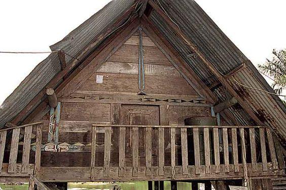 Maison sur pilotis avec accès par un escalier extérieur et un balcon. La façade est construite sur le même principe que celles des maisons au sol. Le pignon bien dessiné comporte un poinçon. Phot. Inv. M. Heller © Inventaire général, ADAGP, 2001.
