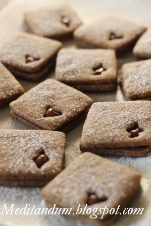 CAFFÈ E CREMA ALLE NOCCIOLE #Ingredienti (50 biscotti 50mmx50mm) 100g   burro morbido 40g     zucchero semolato 60g     zucchero di canna grezzo 15g      caffé macinato 1g        sale fino (1 pizzico) 50g     latte intero 180g   farina 00 60g     farina di nocciole tostate 3g        lievito chimico Per la finitura: q.b. crema alle nocciole per farcire q.b. zucchero a velo per decorare #ricetta #nocciole