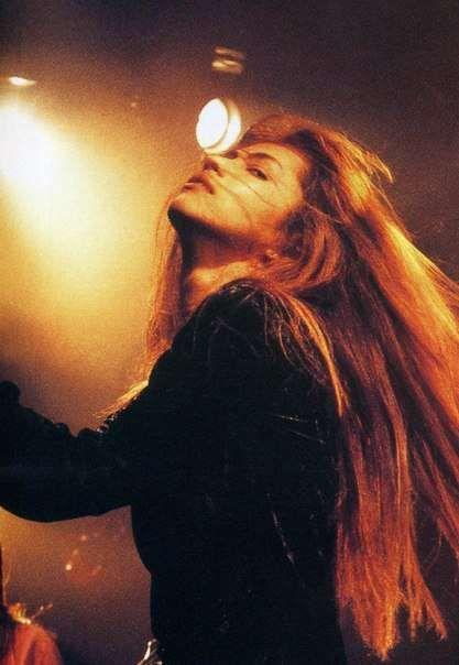 ロングヘアーを振り乱しているL'Arc〜en〜Ciel・hydeの画像