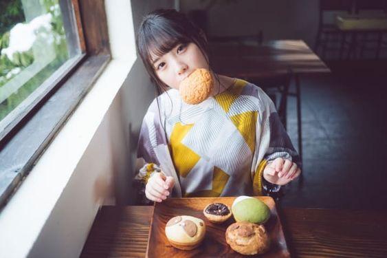 パンを口にくわえる与田祐希