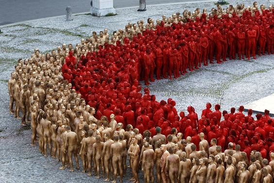Spencer Tunick: gold and red in Munich
