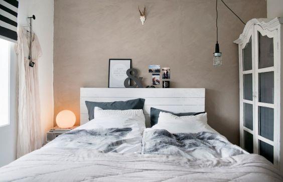 beton dekoracyjny na ścianie w sypialni,biała serwantka szafa,industrialna żarówka na kablu,białe łóżko - Lovingit.pl: