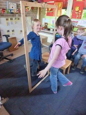 Alguna vez jugaisteis a hacer de espejo de otra persona?   Nos ha encantado este marco grande de madera, que facilita e inspira al juego del espejo.