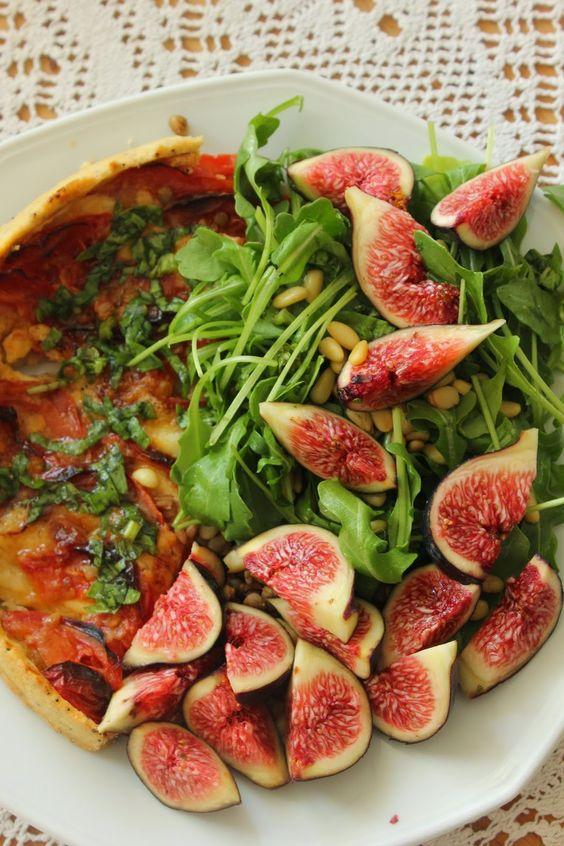 La tarte Tomates mozzarella, et sa ribambelle de roquette aux figues et pignons de pin