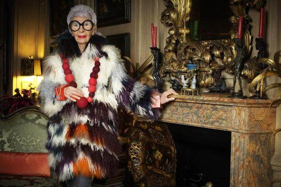 """""""More is more and less is a bore"""": Nach diesem Motto lebt und kleidet sich Iris Apfel, hier aufgenommen in ihrem Apartment in New York"""