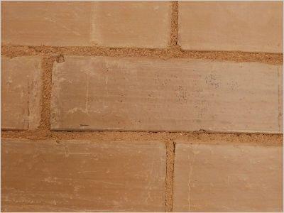 Briques Argibrique. L 25 x l 10 x h 7 cm. 196 kg/m² de cloison (54 briques à 2 kg/Dm3) Placées derrière un poêle à bois, elles stockent une partie de la chaleur rayonnée pour la restituer ultérieurement. Installées face à des vitres orientées au sud ou à l'ouest, les cloisons jouent également ce rôle de régulation thermique et procurent un bon isolement phonique.