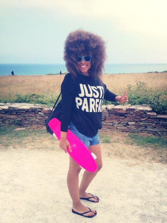 Este verano nuestra #directora @lesdoitmagazine se fue a patinar con su #skate rosa! no mola ni nada.... #lesdoitmagazine #afrostyle