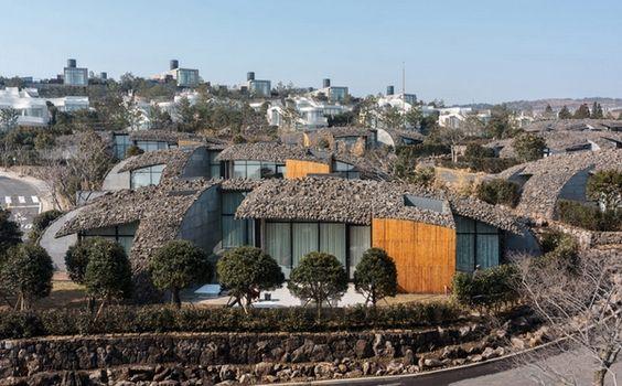 META MAGAZINE | archicake daily - 隈研吾設計 類似戰壕的火山錐別墅