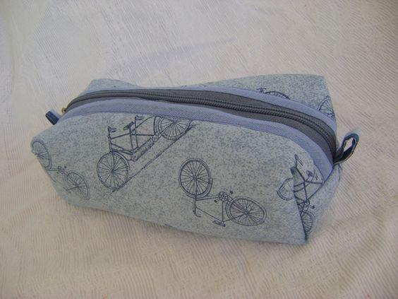 Nécessaire feita em tecido 100% algodão e forrada com nylon.   Mede aproximadamente 19cm de largura, 5cm de altura e 9cm de profundidade. R$ 30,00
