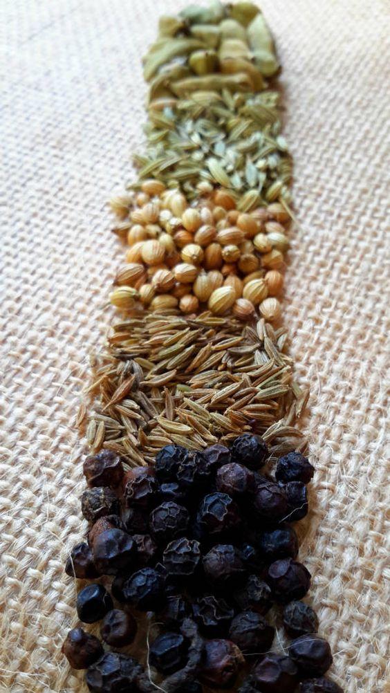 El garam masala es un básico de la cocina india. Hacerlo en casa con especias frescas es fácil y resulta en una mezcla de especias más sabrosa. Además, se puede ajustar los ingredientes a tu gusto!