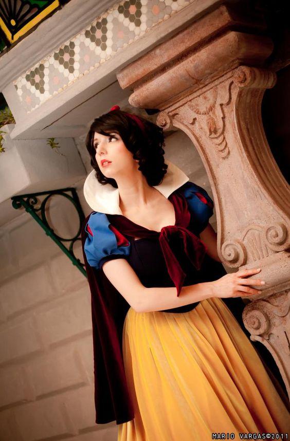 Character: Snow White / From: Walt Disney Animation Studios 'Snow White' / Cosplayer: Riki 'Riddle' LeCotey (aka Riddle's Messy Wardrobe, aka Riddle1)