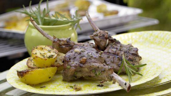 So zart: Marinierte Lammkoteletts mit Zitronenkartoffeln | http://eatsmarter.de/rezepte/marinierte-lammkoteletts