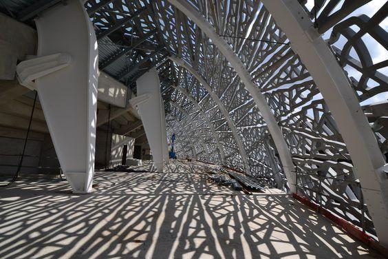 Un stade à Paris, un musée à Abou Dabi, une maison au Japon… Dans tous les pays, l'utilisation de la dentelle dans l'architecture devient tendance. Les projets se multiplient à travers le monde mais ne se ressemblent pas.  http://blog.designity.fr/dentelle-architecture/    # architecture