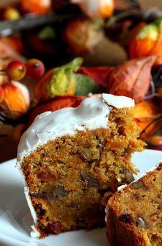 Carrot Cake : - 300 g de carottes râpées - 200 g de sucre roux - 200 g de farine - 80 g de beurre doux - bicarbonate + vinaigre - 100 g de raisins secs  - 70 g d'amandes - 60 g de noix - 30 g de noisettes - 2 œufs - 1 zeste d'une orange - 1 cc de cannelle - 1 pincée de muscade moulue 1 pincée de gingembre moulu
