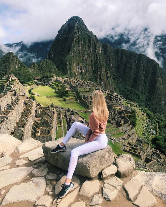 El viaje de 2 días a Machupicchu en tren, con comodidad y tranquilidad donde tendrán la oportunidad de pernoctar en el pueblo de Aguas Calientes y visitar sus aguas termales, para que el segundo día tenga la posibilidad de ver la salida del sol en Machupicchu ademas de tener opción de subir a la montaña del Huayna Picchu o montaña Machupicchu.