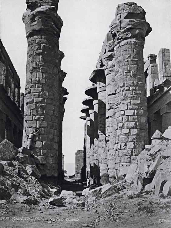 Al filo del despegue turístico La sala hipóstila del templo de Karnak a principios de los años veinte del siglo pasado. El techo había caído y los accesos estaban llenos deruinas, pero todavía se levantaban desafiantes sus colosales columnas. H. BÉCHARD