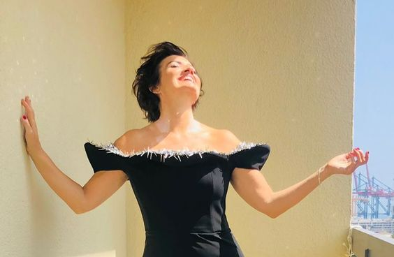 Silvia Abril en una terraza, peinada y vestida de fiesta para el festival de cine de málaga