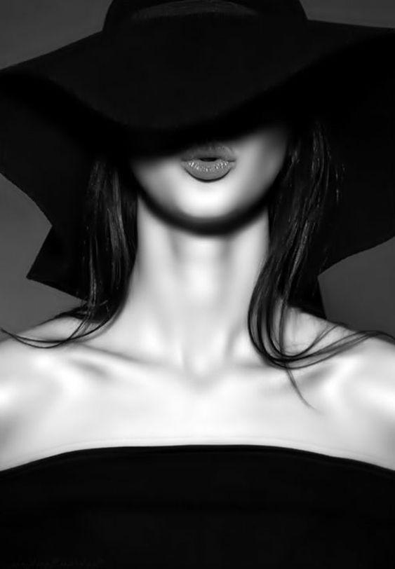 image-noir-et-blanc-photos-noir-et-blanc-femme-avec-une-large-capelline-noire-levres-pulpeuses-cheveux-longs