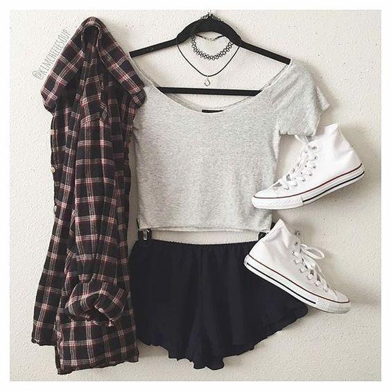 Camisa xadrez + Cropped cinza + Short solto preto + Tênis Converse + Gargantilhas