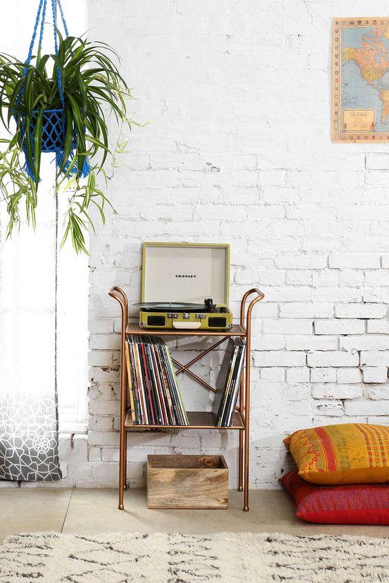 Parede de tijolinhos + Crosley + mapas + plantas #decor #details
