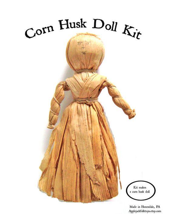 Kit de cáscara de maíz  Hacer tu muñeca de cáscara de maíz propio!  Este arte temprana transmitida a los colonos por los nativos americanos puede ser disfrutado por los jóvenes y los jóvenes de corazón. Niñas compartieron esto tiempo por hacer este arte juntos.  El kit incluye: maíz cáscaras, lana, tela e instrucciones.