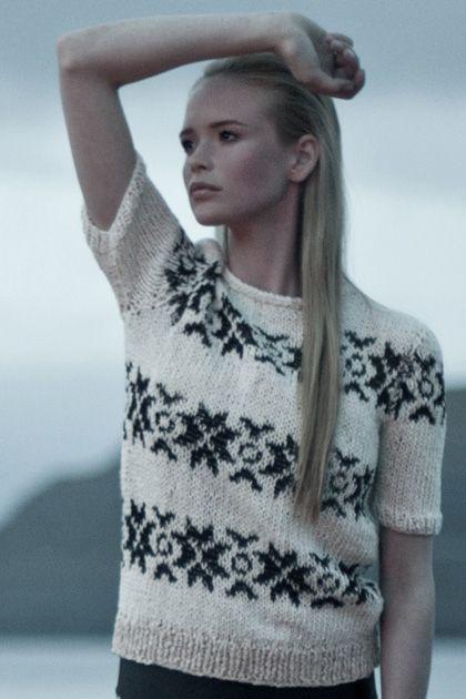 Witte gebreide trui met zwart patroon en korte mouwen. #breien #trui