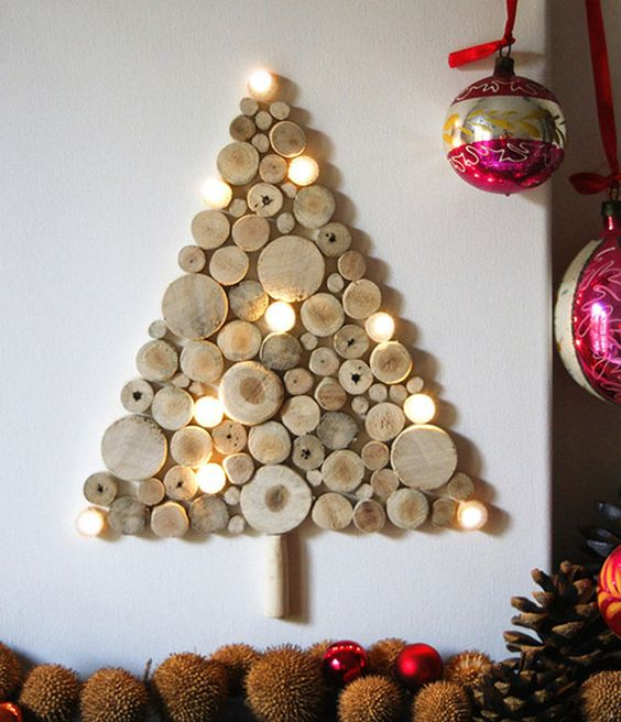 Albero di Natale da parete con dischi di legno e luci a led