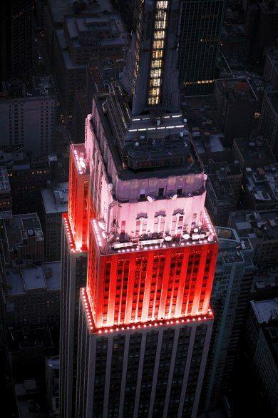Empire State Building:  La vista de la ciudad desde aquí es impresionante, sobre todo dede los miradores de los pisos 86 y 102 y la puesta de sol es un espectáculo único.  La zona donde se compran las entradas y se hace cola para subir el ascensor está en mal estado y carece de buena ventilación, sobre todo en verano.  Para evitar largas esperar, es mejor venir muy temprano o cerca de la hora del cierre, así como comprar las boletas por internet.