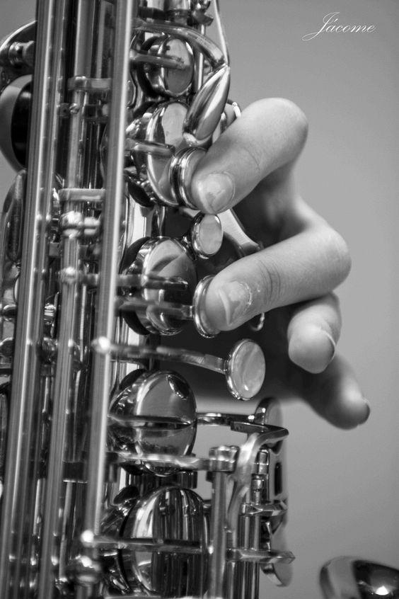Música para el aperitivo o cóctel:  Música tranquila e ideal para amenizar vuestra bienvenida: aperitivo, cóctel, pica pica o presentación. Grupos de música de Jazz, Soul, Blues, Bossanova y Ballads. Músicos solistas: saxofonista, violinista, pianista y guitarritas. Grupos musicales con cantante.