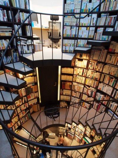 Stairs: Las estanterías están dispuestos helicoidalmente alrededor de una escalera circular.