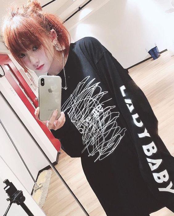 金子理江黒いスウェットでラフな私服