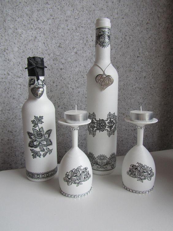Flessen en glazen met gesso bewerkt: