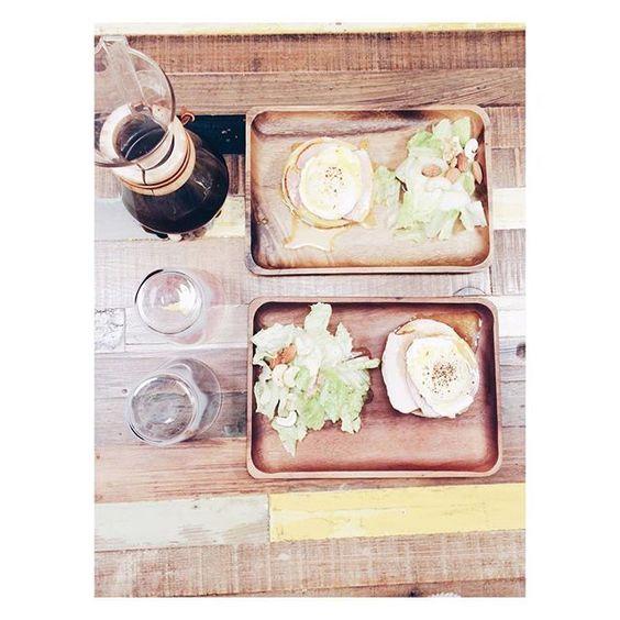 latitiakuo#毎日朝食  班尼狄克蛋、義大利油醋堅果沙拉、手沖blue bottle非洲產綜合豆。  荷蘭醬失敗 雖然照片看不出來。昨天報告了第一場會議,4月還有第二場,go go go!(登場好幾次的富士山玻璃杯是 @codyfaiwan 送的!) - #breakfast #あさごはん #朝 #コーヒー #コーヒータイム #coffeetime #coffee #フード #フタリ #フタリゴハン #food #手作り #おうちかふぇ #おうちごはん #暮らし #eggbenedict #エッグベネディクト