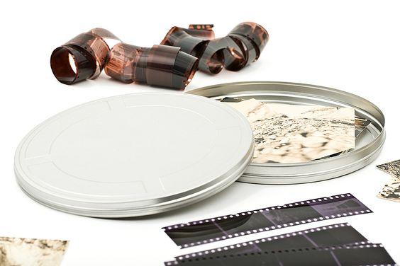 Die Filmdosen Medium ist eine elegante runde Weißblechdose mit traditioneller Prägung. Nicht nur klassisches 16 mm Filmmaterial lässt sich in der Filmdose hervorragend aufbewahren.